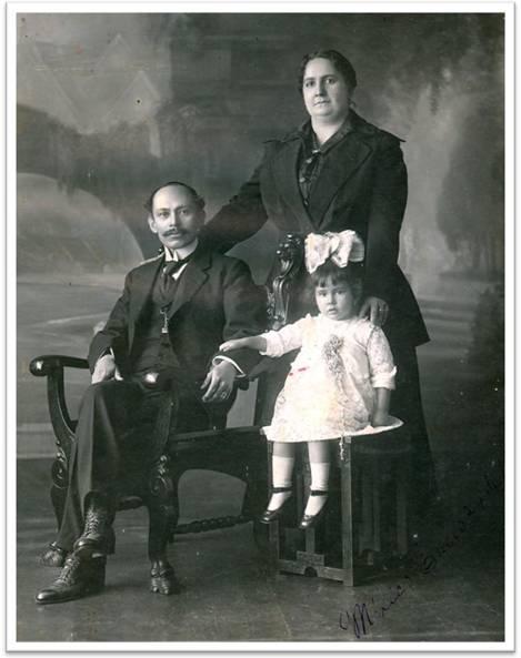 Carmen Castañeda Olea con padres Dr. Gonzalo Castañeda Escobar y Carmen Olea Gómez Daza